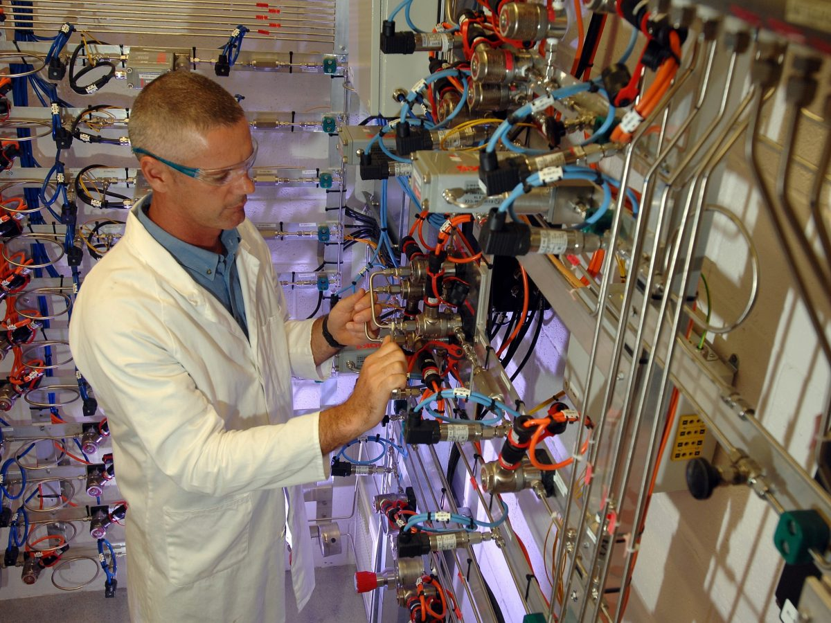 https://www.futurefoodsystems.com.au/wp-content/uploads/2020/10/CSIRO-researcher-working-at-SynCat-CSIROs-synthetic-fuel-and-catalysis-research-facility-in-Perth-WA_Credit-Daniel-Peroni-15-Mar-2010-1200x900.jpg