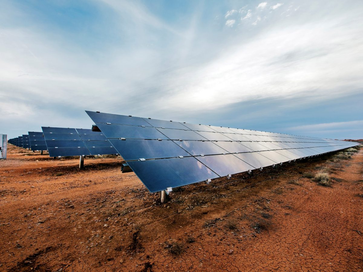 https://www.futurefoodsystems.com.au/wp-content/uploads/2021/10/Coober-Pedy-Hybrid-Renewable-Microgrid-solar-PV-array.-Credit-ARENA_CROP-1200x900.jpg
